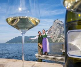 2291~das-traunsee-freuen-sich-ueber-den-vineus-wine-cultur-award-fuer-das-geniesser-seehotel-das-traunsee--die-dipl.sommeliers-david-sitz-und-julia-grashaeftl.