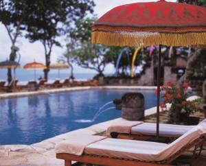 sun_deck_at_main_pool_-_the_oberoi__bali_klein