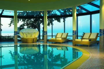 Hotel, Wellness, Wanne, Bluete, Bad, Travel Charme, pool, Ostsee, Liegestuhl