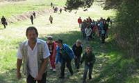 Chris mit Kindern beim Ostereiersuchen am Buschberg!