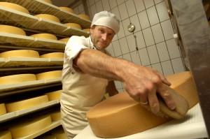 2016-07-27_Der Käse wird regelmäßig umgedreht und mit einer Salzlake eingeschmiert_(c)TVB Paznaun-Ischgl (3)