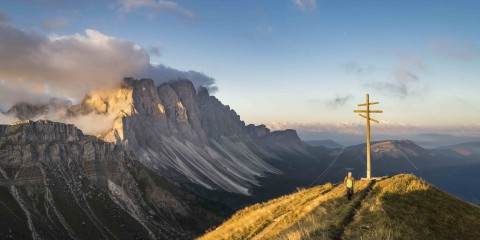 Italien, Südtirol, Villnösstal, Sonnenaufgang am Zendleser Kofel, im Hintergrund die Geislerspitzen, Europa, 10.09.2015 Engl.: Europe, Italy, South Tyrol, Val di Funes, sunrise at Mount Zendleser Kofel, Geislerspitzen mountains in the background, travel, leisure, Alps, mountains, hiking, Dolomites, trekking, 10.September.2015