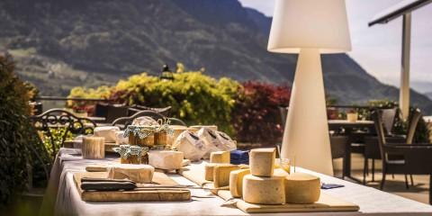 buffet_auf_terrasse_mit_berghintergrund_im_sommer_hotel_ansitz_golserhof