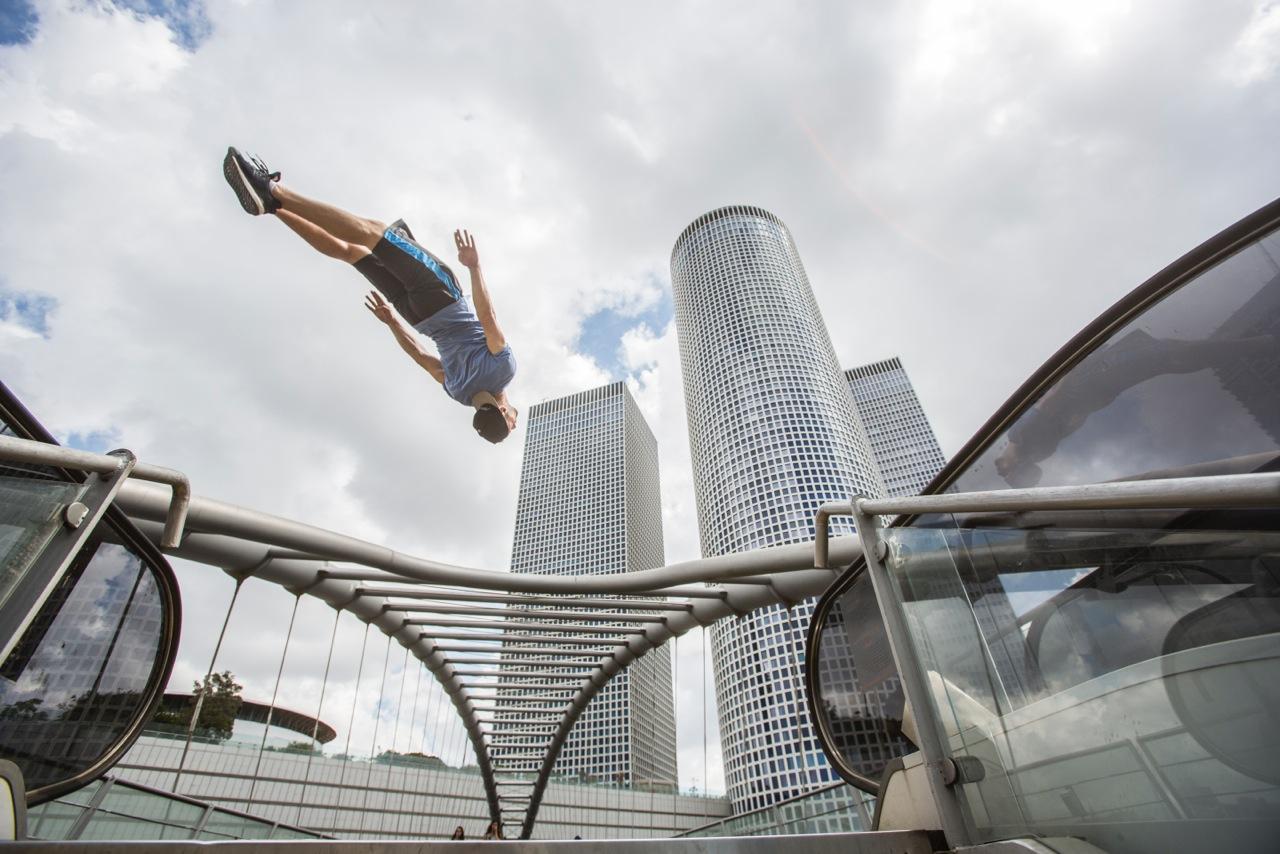Amadei Weiland_Background Azrieli Tower_Tel Aviv_(c)_Emily Dyan Ibarra_ediphotoeye