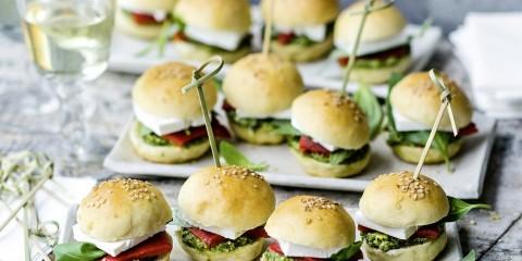 Mini-Burger mit Feta und Pesto