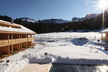 aussenpool_im_winter_tirler_dolomites_living_hotel