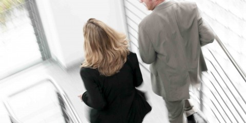 """Hannover, DEU, 02.06.2004, Mann und Frau laufen hektisch/schnell die Treppe hoch.Die Personen sind von hinten zu sehen. Unsch‰rfe zeigt Stress. Das Weiflbuch Pr‰vention 2005/2006 """"Stress? Ursachen, Erkl‰rungsmodelle und pr‰ventive Ans‰tze"""" der KKH und der Medizinischen Hochschule Hannover (MHH) liefert einen wichtigen Beitrag f¸r die Stresspr‰vention. Jeder sollte aktiv etwas f¸r seine Gesundheit tun und dem Stress weniger Angriffsmˆglichkeiten bieten. Entspannungsmethoden wie Qigong, Tai Chi und Hatha-Yoga sind ideal f¸r Anti-Stress-Kurzausfl¸ge. Besonders erholsam ist ein Gegenpol zum Alltag. """"Schreibtischt‰tern"""" tut es gut, sich viel zu bewegen. Wer im Alltag viel auf den Beinen ist oder kˆrperlich schwer arbeiten muss, erholt sich besonders gut bei ruhiger Entspannung.  [Im KKH-Fotoservice stehen Ihnen Bilder zu Themen des Gesundheitswesens zum Download zur Verf¸gung. Alle Bilder sind urheberrechtlich gesch¸tzt. Sie verpflichten sich bei Verwendung von Bildern der KKH, die Bildquelle mit dem Hinweis """"Foto: KKH"""" anzugeben. Ein vollst‰ndiges Modelrelease ist vorhanden. Die Einr‰umung des Nutzungsrechts erfolgt unentgeltlich und umfasst eine Nutzung im Internet sowie eine Vervielf‰ltigung in Printmedien. Sie sind berechtigt, die Bilder der KKH f¸r kommerzielle und nicht kommerzielle Vervielf‰ltigungen zu nutzen. Ausgeschlossen ist eine Nutzung in Bilddatenbanken, Bildkatalogen und die Bereitstellung von Bildern zum Download oder zum Verkauf. Das Nutzungsrecht ist ferner ausgeschlossen f¸r eine Verwendung im Zusammenhang mit pornografischen, diffamierenden, verleumdenden oder anderen, gesetzlichen Vorschriften widersprechenden Sachverhalten oder Darstellungen. Belegexemplar erbeten an: KKH Kaufm‰nnische Krankenkasse Pressestelle Karl-Wiechert-Allee 61 30625 Hannover  Telefon: 0511 2802-1610  Telefax: 0511 2802-1699  E-Mail: presse@kkh.de]"""