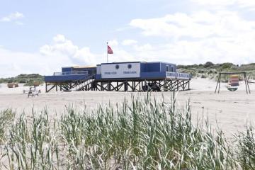 Die Borkumer Strandsauna bietet einen tollen Blick auf die Nordsee oder das Wattenmeer. Saunagäste werden im Kiosk mit erfrischenden Getränken versorgt.