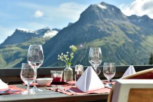 gaumenfreuden_auf_der_berggrill_terrasse_geniessen_goldener_berg