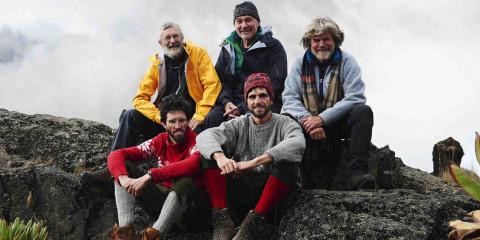 """Hans-Joerg Auer, Vitus Auer (vorne, v.l.n.r.), Gert Judmaier, Oswald Oelz (hinten, v.l.n.r.) und Reinhold Messner waehrend der Dreharbeiten zu ServusTV's Bergwelten """"Still alive ...- Mt. Kenya"""" in Kenia."""