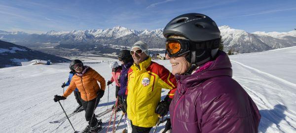 gruppe_von_skifahrern_laechelnd_auf_der_piste_silberregion_karwendel_0