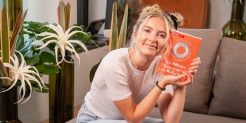 """Sophie Trelles-Tvede mit ihrem neuen Buch """"100 Millionen Haargummus und ein Wodka Tonic"""""""