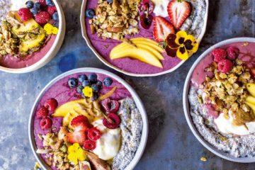 Vier Buddha-Smoothie-Bowls mit frischen Früchten